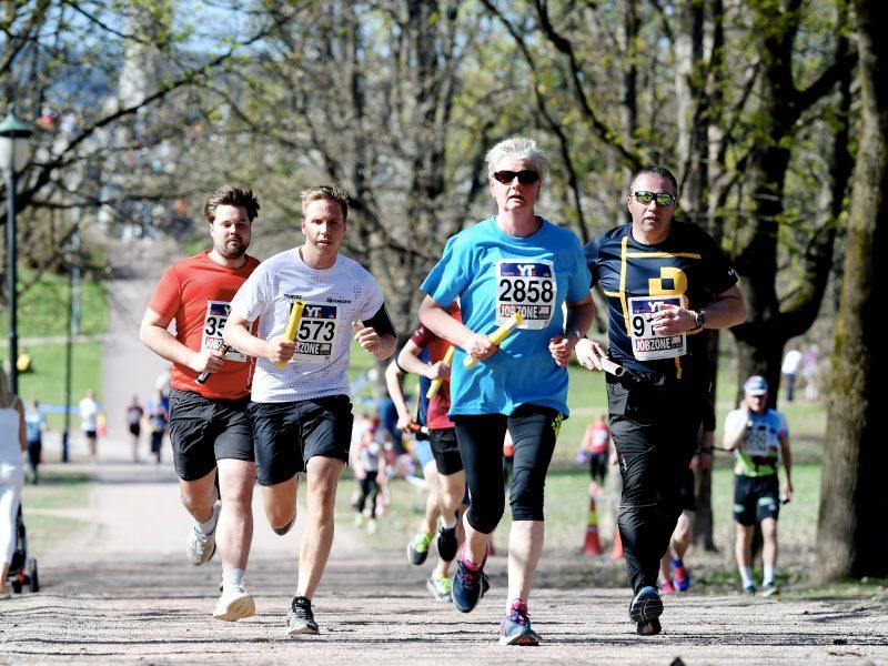 En gruppe løper Holmenkollstafetten