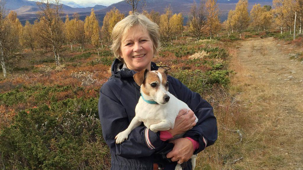 Portrettfoto av Anne Kristin Sydnes sammen med hunden sin.