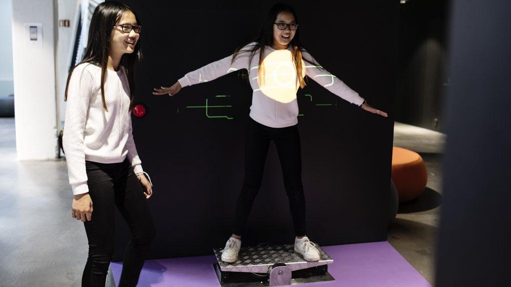 To jenter spiller et spill om strålebehandling. Foto.
